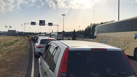 Vaalimaan raja-asemalla oli tuntien jono, kun suomalaisturistit palasivat tiistai-iltana kotiin. Suomi pelasi Belgiaa vastaan maanantaina Pietarissa.