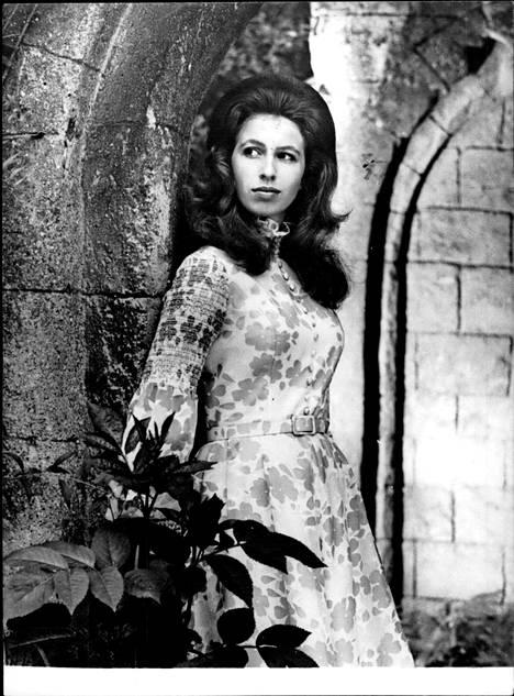 Brittilehdet toivoivat Annesta samanlaista bileprinsessaa kuin tädistään prinsessa Margaretista. Prinsessa Anne suhtautui kuitenkin tehtäviinsä hyvin vakavasti jo nuoruudessaan ja oli kiinnostuneempi hevosurheilusta kuin seurapiirikinkereistä.