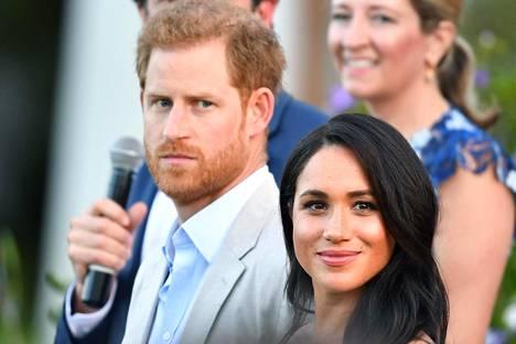 Kuninkaallisasiantuntija Jonny Dymondin mukaan Harry halusi viestittää puheellaan, ettei kohusta ole syyttäminen herttuatar Meghania.