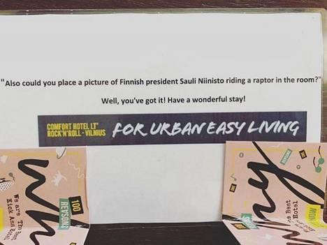 """Hotellityöntekijät olivat kirjoittaneet kuvan taakse Patrikin lähettämän pyynnön """"raptorista"""" ja oman vastauksensa."""