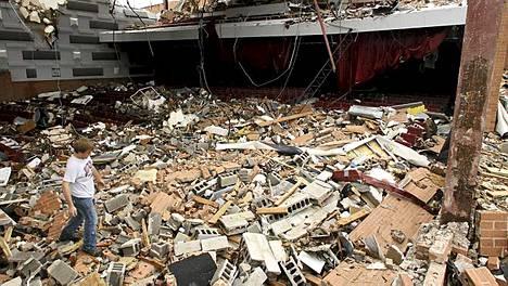 Joplin High School tuhoutui täysin tornadossa.