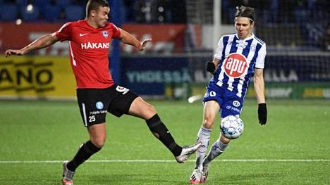 Riku Riski (oik.) laukoi HJK:n avausmaalin Interiä vastaan.
