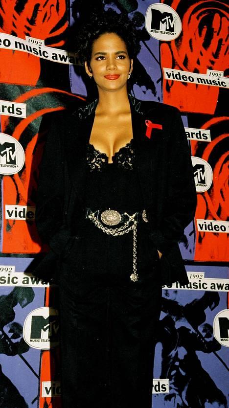 Näyttelijätär punaisella matolla vuonna 1992.