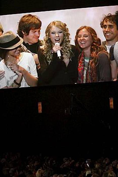 Taylor Swift juhli AMA-palkintojaan satelliitin välityksellä.