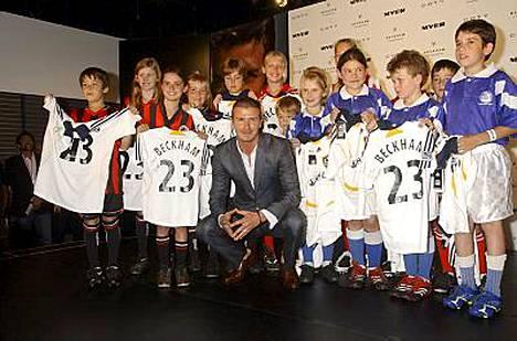 Futistähti David Beckham poseerasi jalkapallojunioreiden kanssa kauppakeskuksessa Sydneyssä.