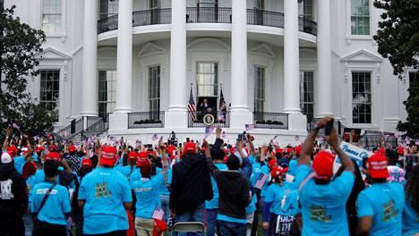 Yleisö kannusti riehakkaasti Valkoisen talon parvekkeella puhunutta Trumpia lauantaina.