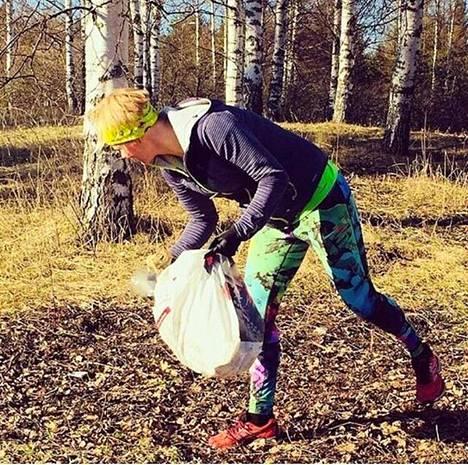 Kaisu Paulanto kerää roskia muovipussiin lenkkien lomassa.