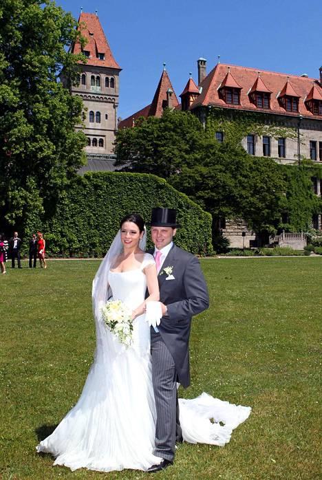 Isänsä paikan yrityksen johdossa haluava kreivi Charles von Faber-Castell vei vihille morsiamensa Melissan toukokuussa 2012 sukulinnassa järjestetyissä unelmahäissä.