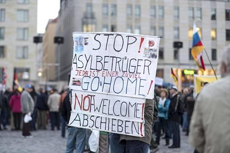 Lokakuisena maanantaina äärioikeistolaisjärjestö Pegidan viikoittaisessa mielenosoitukseen Dresdenissä oli paikalla satoja ihmisiä.