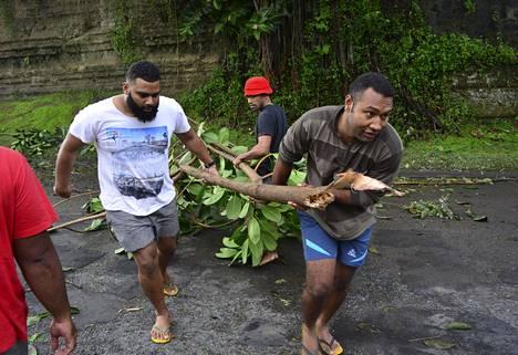 Paikalliset asukkaat ryhtyivät sunnuntaina korjaamaan tuhoja.