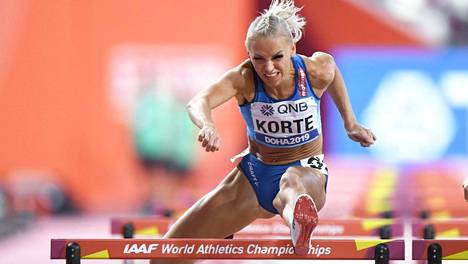 Suomalaisaituiri Annimari Korte naisten 100 metrin aitojen semifinaalissa viime vuoden Dohan MM-kisoissa. Seuraavat MM-kisat on määrä järjestää Oregonissa Yhdysvalloissa.