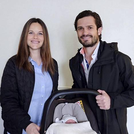 Onnelliset vanhemmat Sofia ja Carl Philip poseerasivat vastasyntyneen poikansa kansas eilen keskiviikkona juuri ennen kotiutumistaan.