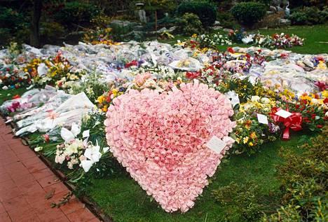 Kukkia hautausmaalla, jossa Freddie Mercuryn siunaustilaisuus järjestettiin 27.11.1991.