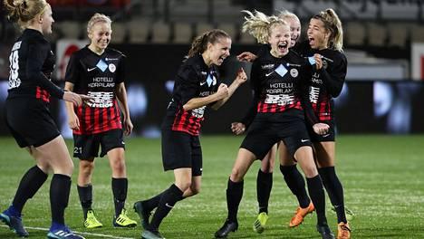 PK-35 Vantaa sai mainion alun Mestarien liigan karsintoihin. Arkistokuvassa PK-35:n pelaajat juhlivat Suomen mestaruutta viime kaudella.