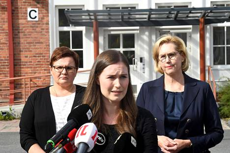 Pääministeri Sanna Marin vieraili Jämsässä 28. elokuuta. Taustalla Jämsän kaupunginjohtaja Hanna Helaste ja työministeri Tuula Haatainen.