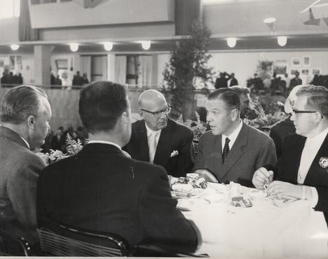 Urho Kekkonen kahvittelee puutarhanäyttelyn avajaisissa syyskuussa 1959.