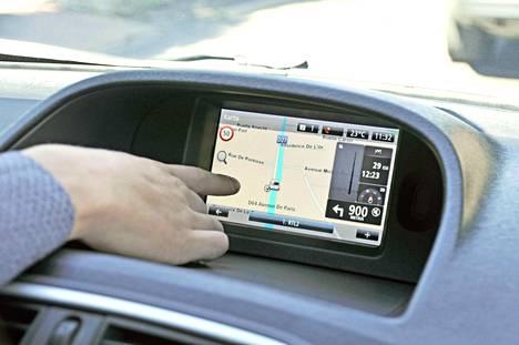 R-Link multimediajärjestelmä tulee lisävarusteeksi. Navigoinnissa on suomenkielinen opastus, mutta kosketusnäytölle ulottuakseen täytyy kuljettajan paikalta kurotella varsin epäkäytännöllisesti.