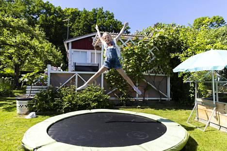 Frida on taitava trampoliinilla, josta on ollut iloa hänen kavereilleenkin.