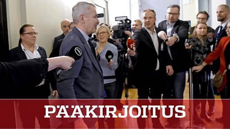 Ulkoministeri Pekka Haavisto poistumassa perustuslakivaliokunnasta, jossa hän oli kuultavana tiistaina.