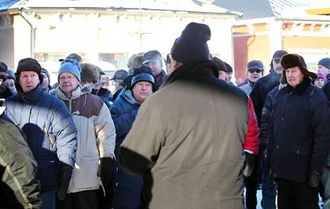 Puheenjohtaja Timo Soini kiersi ahkerasti turuilla ja toreilla.