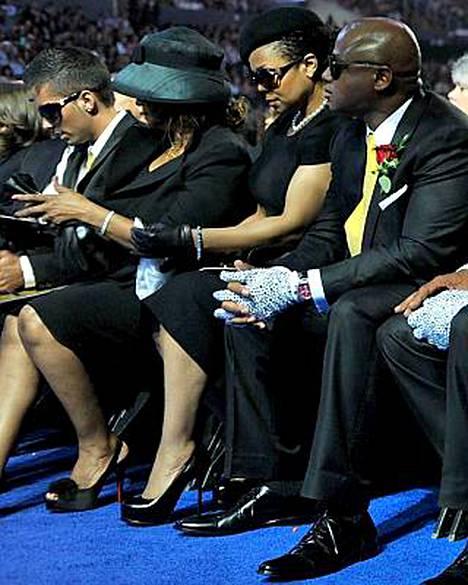 Omer Bhatti istuu äärimmäisenä vasemmalla Jacksonin sisaren Rebbien vieressä.