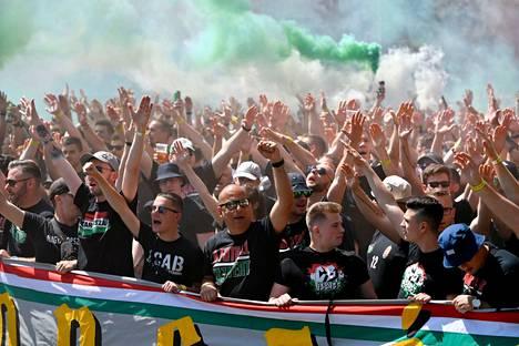 Unkarin fanit marssivat kohti stadionia ennen ottelua.
