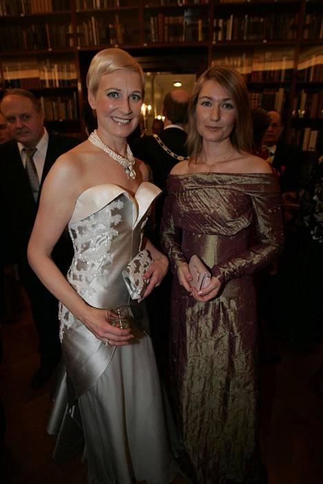 Lukijat muistelivat Leena Harkimon ja Maria Guzeninan Linnan juhlien tyylejä ihaniksi viime vuoden tyylijutussamme. Leena ja Maria vuonna 2004.