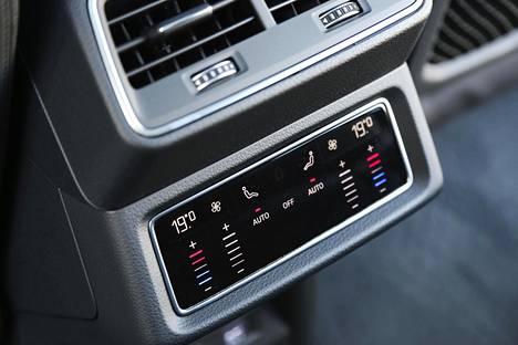Myös takamatkustajille on omat ilmastoinnin säädöt. Sähköautossa ilmastoinnin käyttöön kannattaa tosin kiinnittää huomiota, sillä se säästää toimintamatkassa.