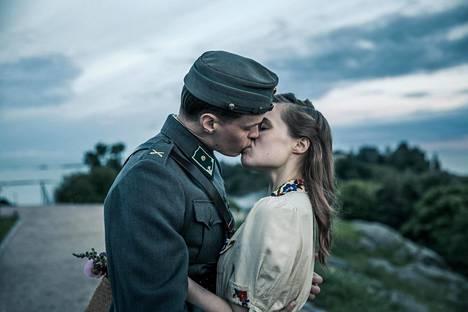 Johannes Holopainen esittää uudessa Tuntemattomassa Kariluotoa. Hänen tyttöystäväänsä Sirkkaa näyttelee Marketta Tikkanen.