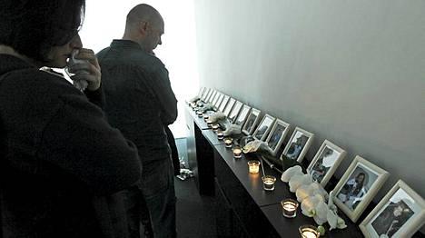 Belgialaisen Lommelin kaupungintalolla on esillä 17 kuolleen kuvat. Lommelin Steksten koulu menetti kaksi opettajaa ja 15 lasta.