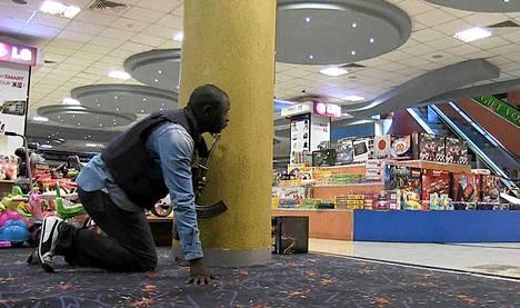Aseistautunut poliisi Westgaten ostoskeskuksen sisällä. Kuva AFP TV:stä.