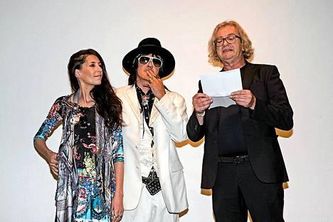 Angela ja Andy McCoy sekä Andyn taideteosten manageri, hollantilainen Ivo de Lange Andyn taidenäyttelyn avajaisissa torstaina.