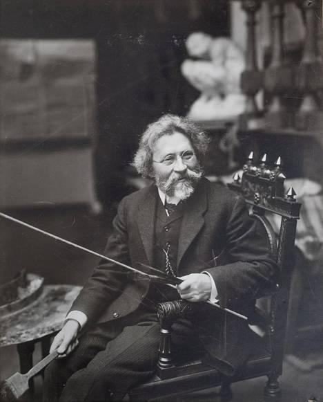 Taiteilija Ilja Repin kuoli vuonna 1930 Suomen Kuokkalassa, missä hän asui koko Venäjän vallankumouksen jälkeisen ajan eikä suostunut palaamaan rajan taakse neuvostodelegaatioiden houkuttelusta huolimatta.
