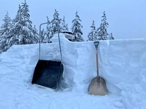 Lunta mökin katolla Enontekiössä.