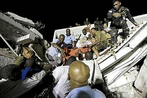 Tuhannet loukkaantuneet odottavat apua maanjärityksen raunioissa. Yksi loukkaantuneista pääsi hoitoon Port-au-Princessä.