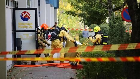 Palomiehet olivat suoja-asuissa kemikaalivuodon varalta.