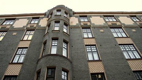 Kivinen kerrostalo Helsingin Kluuvissa.