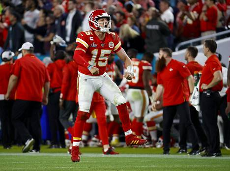 Kansas City Chiefsin pelinrakentaja Patrick Mahomes juhlimassa joukkueensa touchdownia Super Bowlin loppuhetkillä.