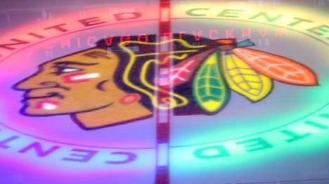 Kaksi entistä Chicago Blackhawksin pelaajaa on haastanut NHL-seuran oikeuteen.