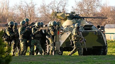 Venäläissotilaita Sevastopolin kaupungin lähellä Krimillä viime maaliskuussa.