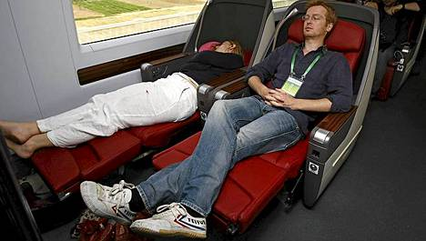 Kiinan luotijunassa matkustajilla on lokoisat oltavat. Toimittajat ottivat tuntumaa ensimmäisen luokan istuimiin eilen tiistaina.