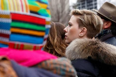 Näyttelijä Scarlett Johansson kuunteli puheita marssilla.