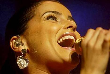 Suosittu laulaja Nelly Furtado on mennyt kihloihin.