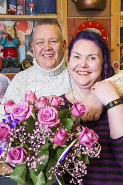 Akin ja Helin rakkaus roihahti netin deittailusivustolla.