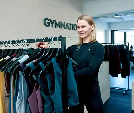 Gymnationilla ei ole kivijalkakauppoja, mutta tuotteita pääsee hypistelemään Pitäjänmäessä.