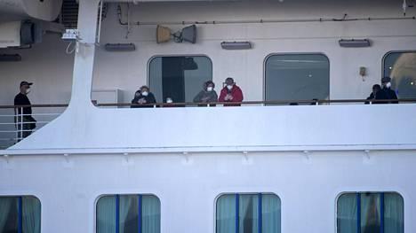 Diamond Princess -alukselle eristetyt matkustajat saavat ulkoilla kannella muutaman minuutin päivässä.