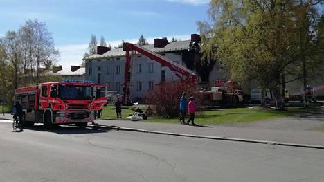 Pelastuslaitos jatkoi työskentelyä palopaikalla keskiviikkona aamulla.