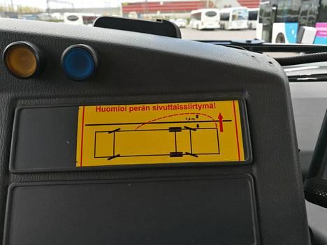 Pohjolan liikenteen pitkien linja-autojen ohjaamoissa on tarra, joka muistuttaa kuskia linja-auton perän ylityksestä.