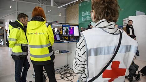 Tallinnan satamassa ja lentokentällä kuvataan matkustajat lämpokameralla.