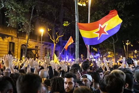Mielenosoittajia Espanjan Barcelonassa.